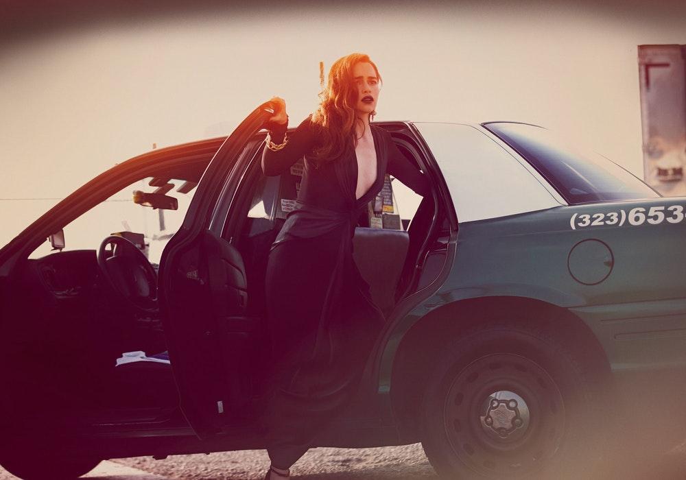 Эмилия Кларк выходит из машины
