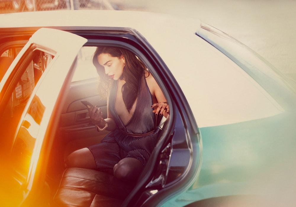 Эмилия Кларк в машине