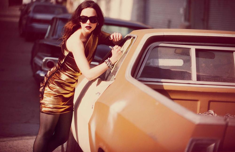 Эмилия Кларк рядом с машиной
