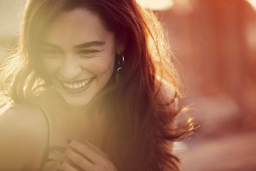 Эмилия Кларк улыбается