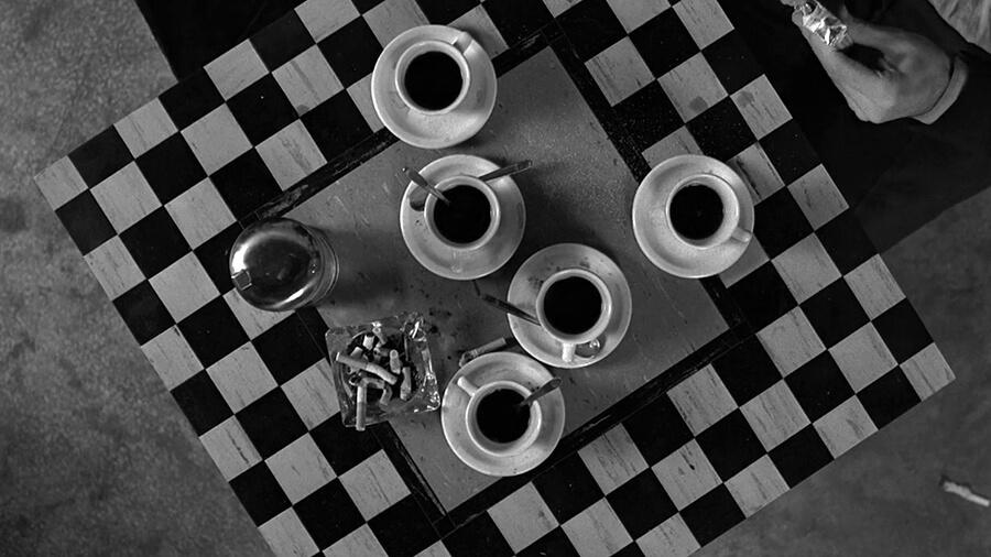 Черно-белый фильм «Кофе и сигареты»